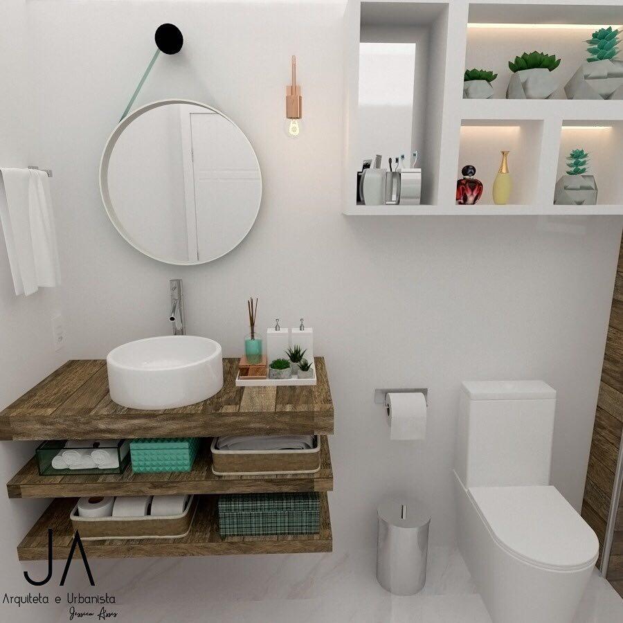 Banheiro pequeno decorado com bancada de madeira.