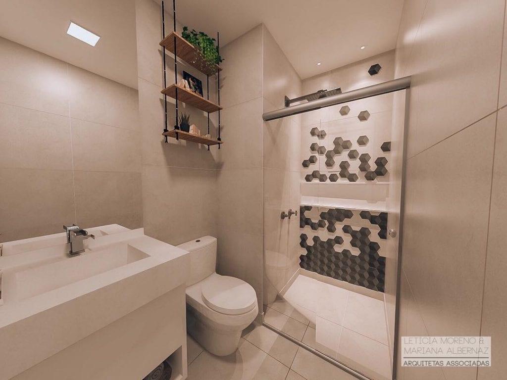 Banheiro pequeno decorado simples com azulejo decorado no box.