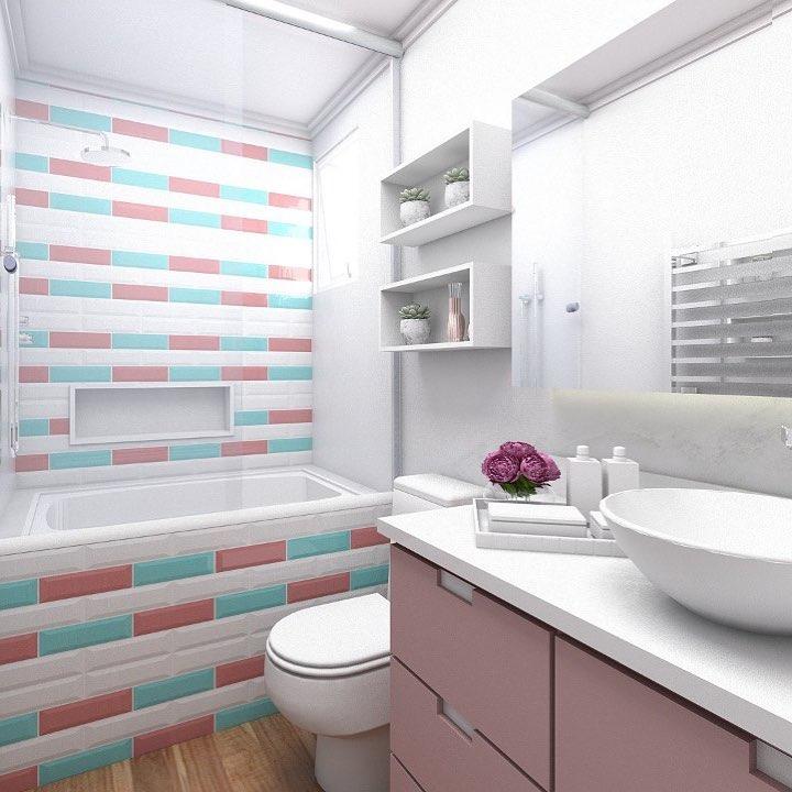 Banheiro pequeno decorado com banheira e azulejo de tijolinho,