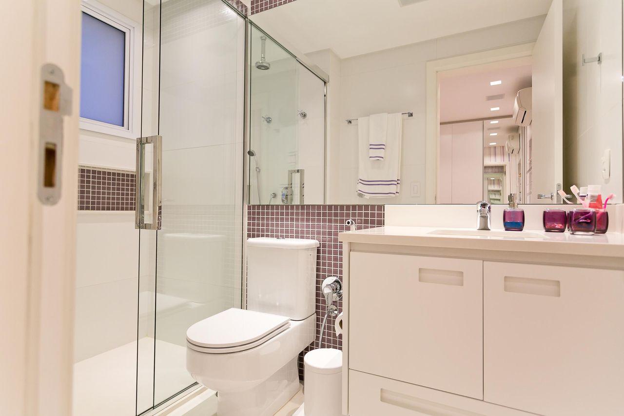 Banheiro simples branco  com pastilha marrom.
