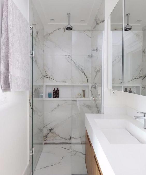 Banheiro simples branco com porcelanato.