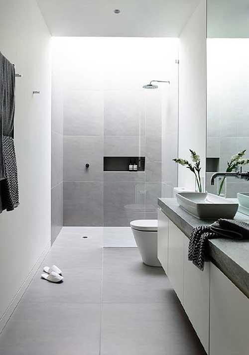 Banheiro simples cinza e minimalista.