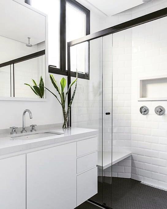 Banheiro simples preto e branco com piso preto.