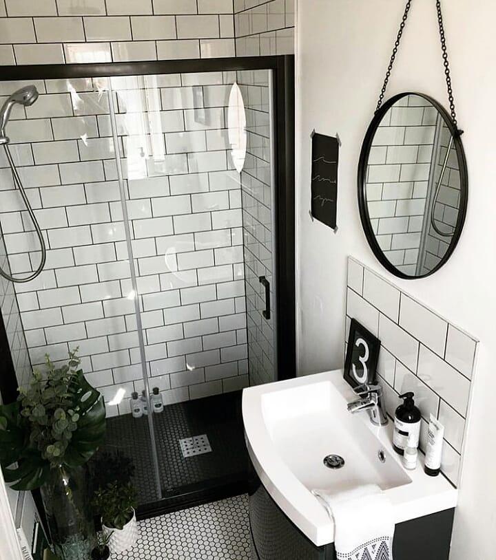 Banheiro simples preto e branco com azulejo metro white.