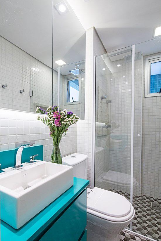 Banheiro simples colorido com armário azul.