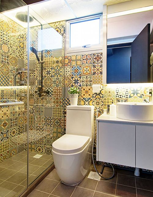 Banheiro simples colorido com ladrilho hidráulico.