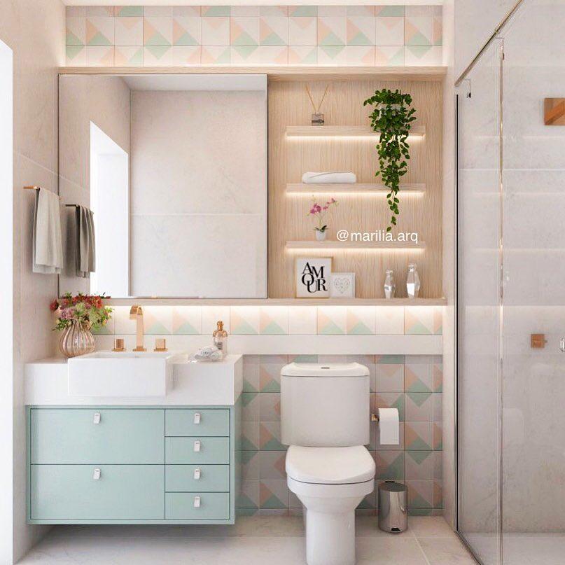 Banheiro simples colorido com armário menta e azulejo decorado.