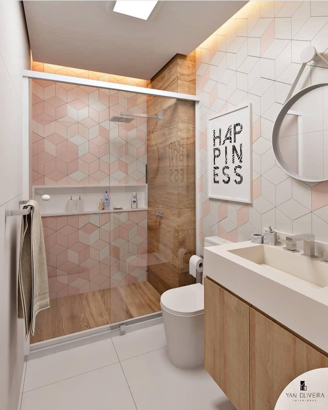Banheiro simples colorido com porcelanato que imita madeira.