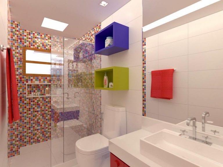Banheiro simples colorido com pastilha de vidro.