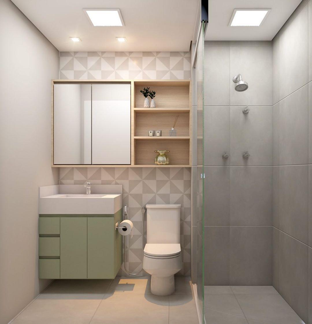 Decoração com armário verde e prateleiras de madeira.