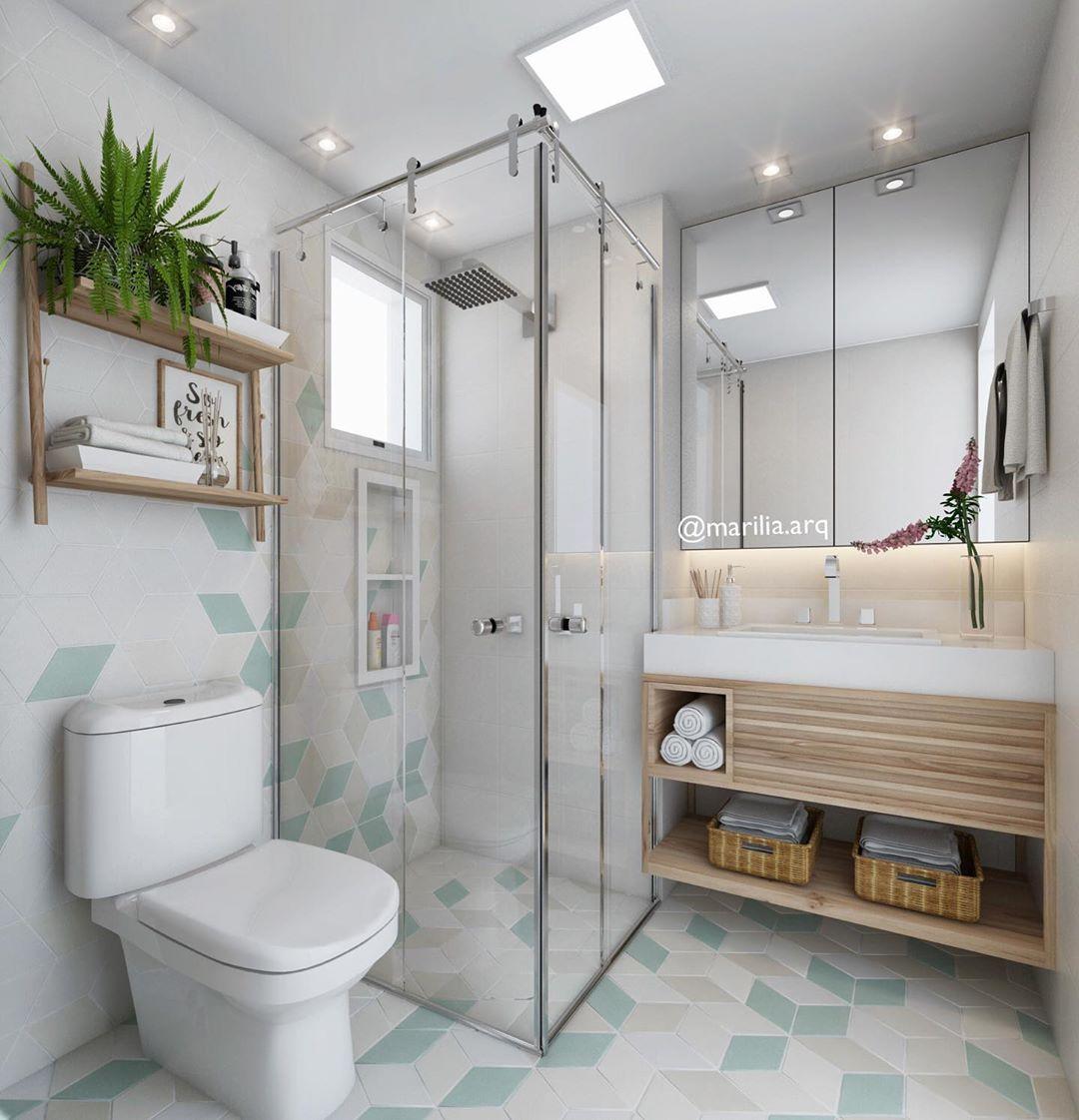 Decoração com armário de madeira e azulejo geométrico colorido.