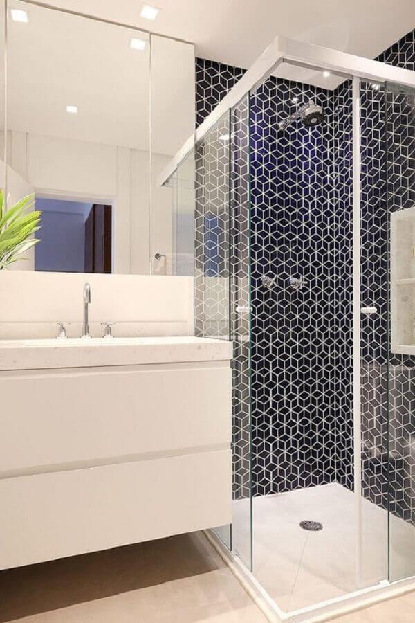 Decoração clean com azulejo geométrico azul.