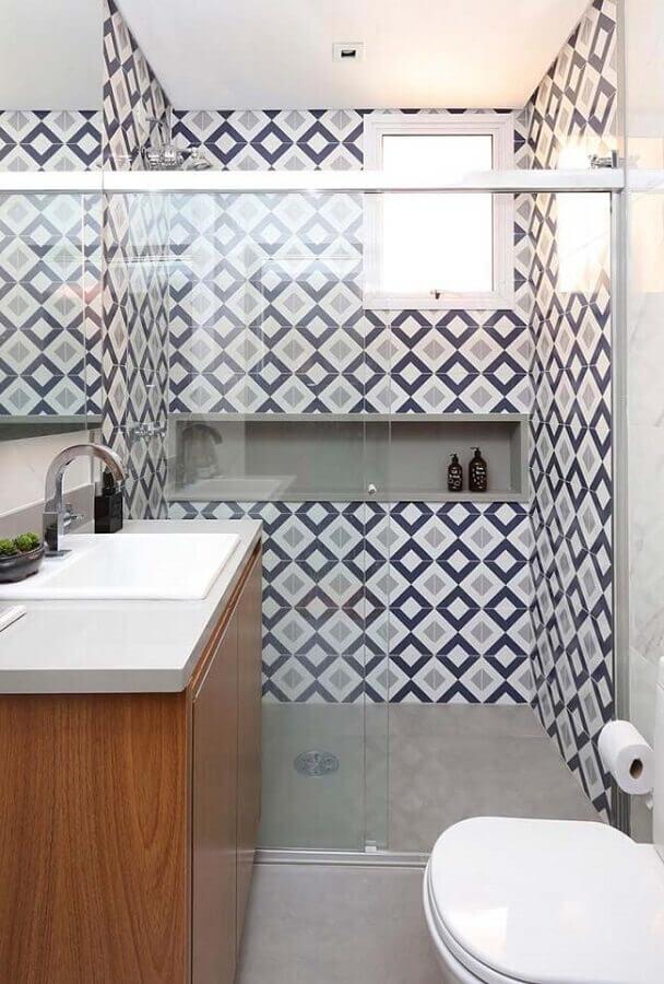 Decoração com piso cinza, azulejo geométrico e armário de madeira.