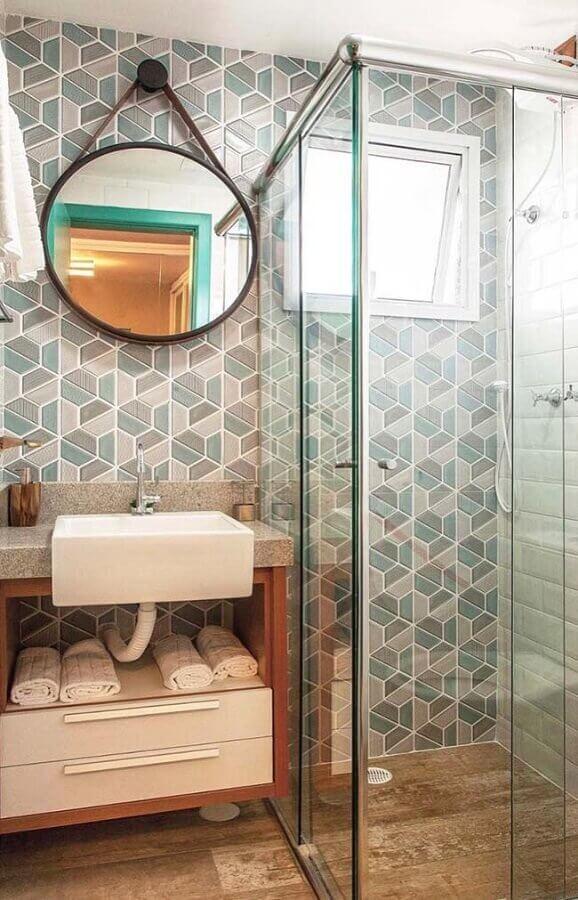 Decoração com espelho redondo e decoração geométrica.