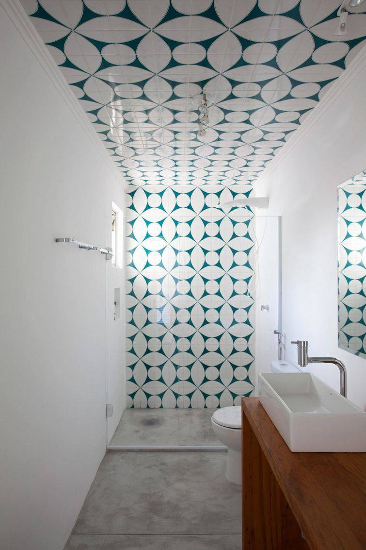 Decoração clean com ladrilho hidráulico na parede e no teto.