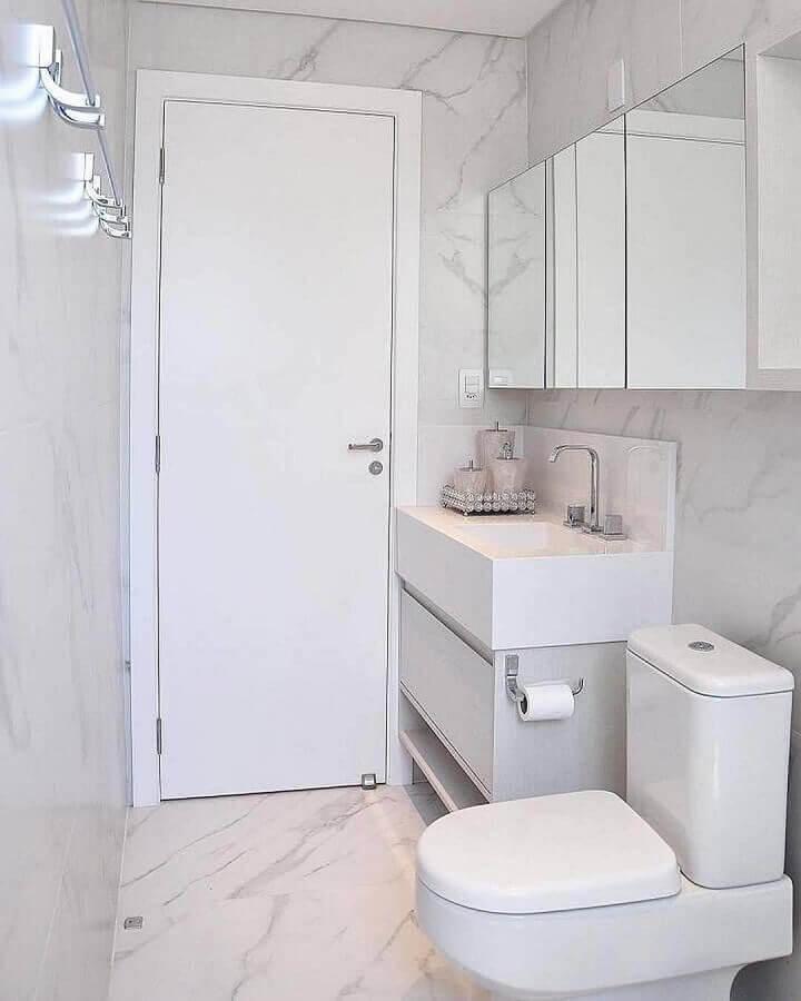 Banheiro simples com pia esculpida e porcelanato mesclado.