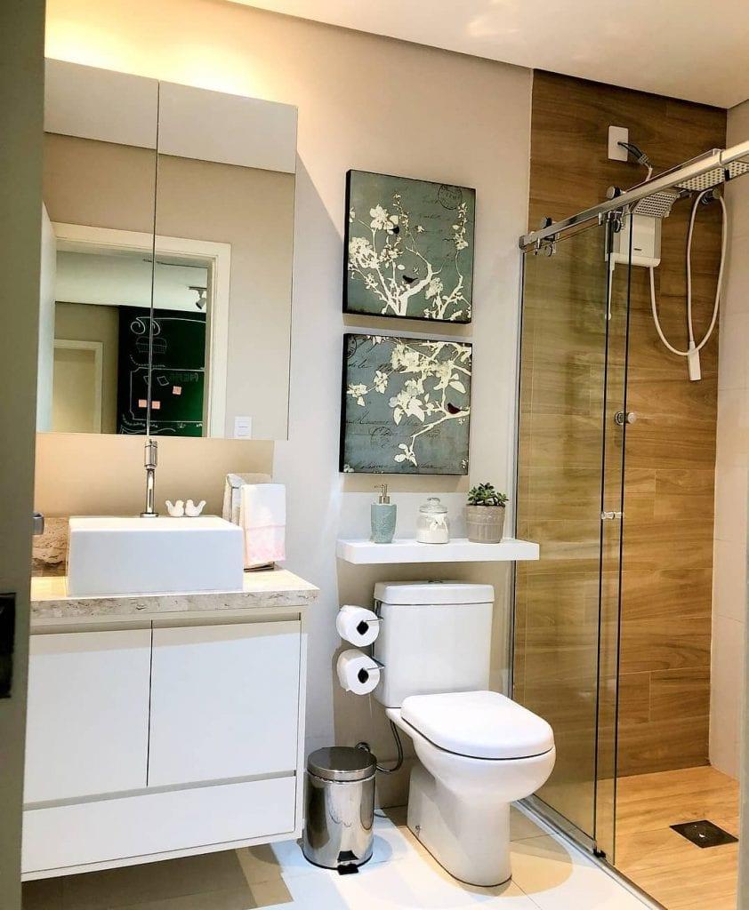 Banheiro simples com revestimento que imita a madeira.