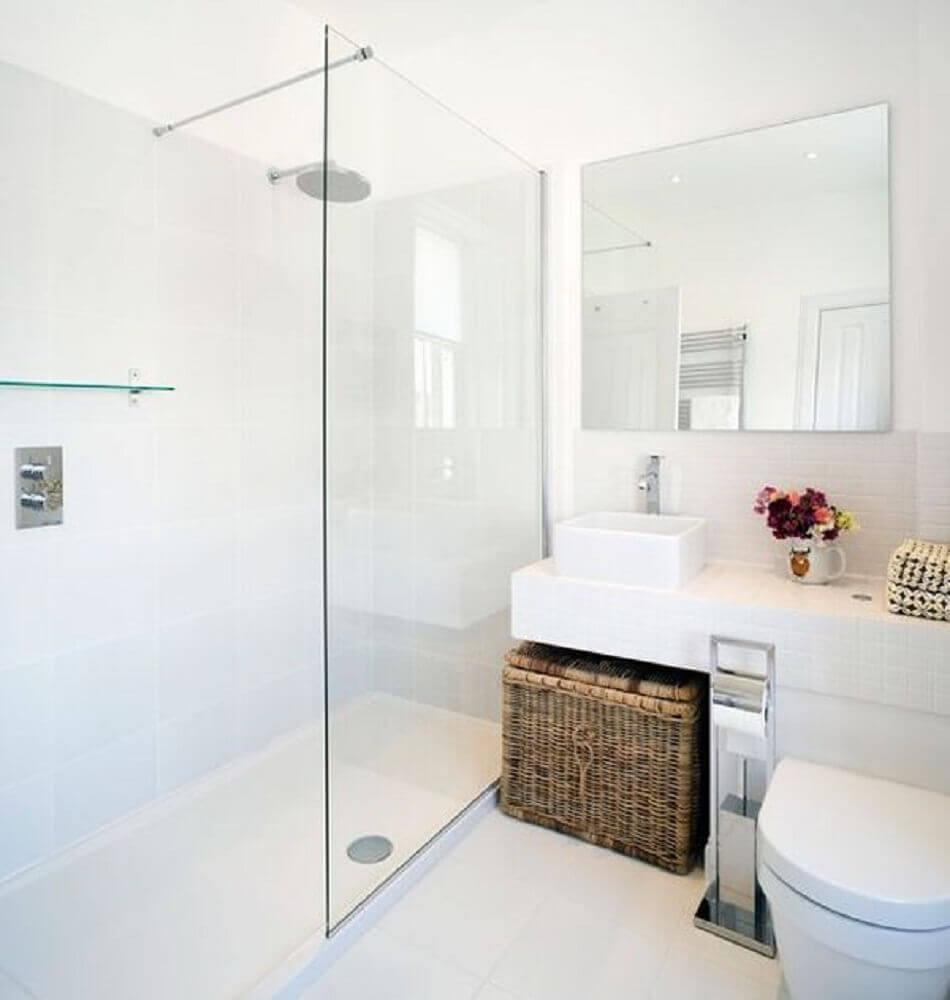 Banheiro simples com decoração branca.