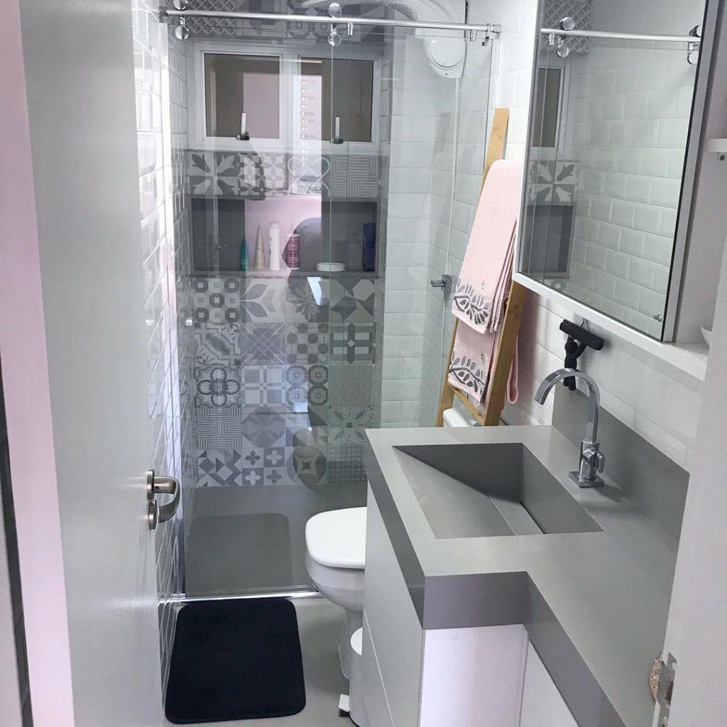 Banheiro simples branco e cinza.