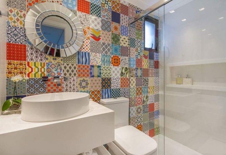 Banheiro simples com ladrilho hidráulico.