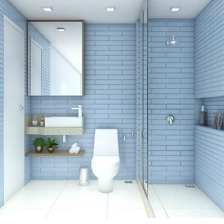 Banheiro simples com azulejo azul.