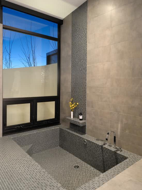 banheira com pastilhas de vidro cinza