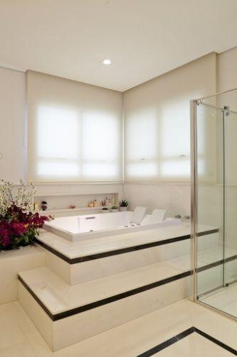 banheira de canto retangular com azulejos brancos