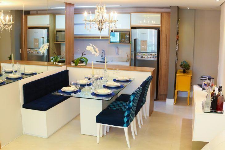 cozinha americana com sala de jantar em canto alemão azul