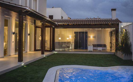 casa em L com varanda e gramado