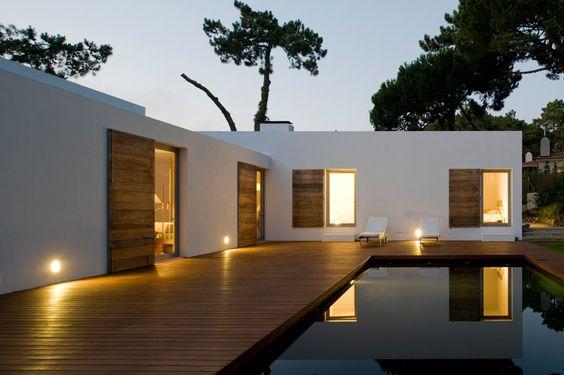 casa em L moderna com deck de madeira