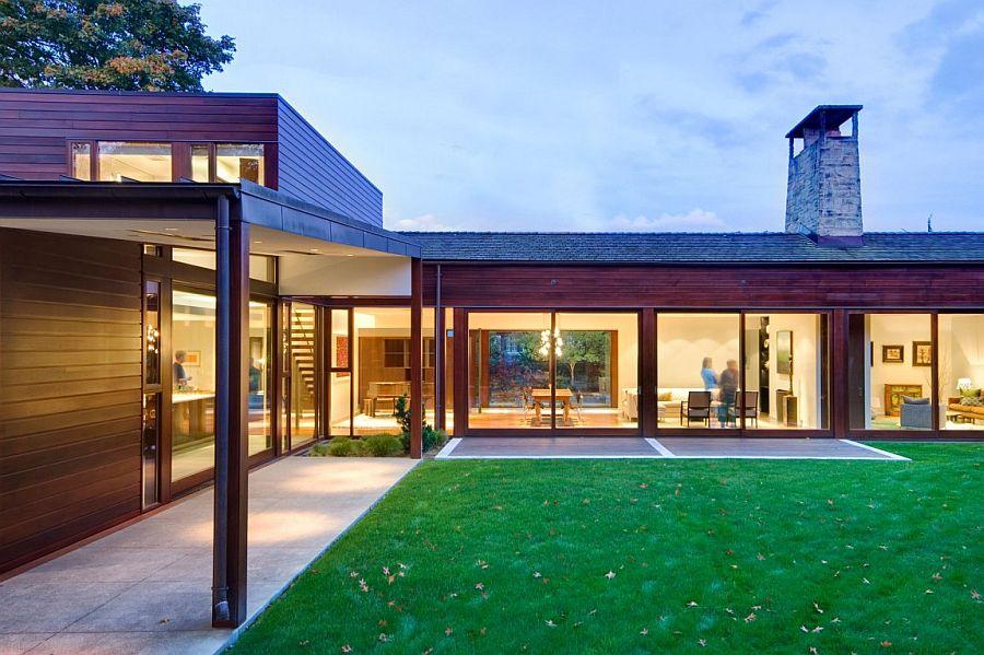 casa em L com gramado e varanda