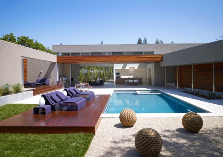 casa em L com deck de madeira e piscina