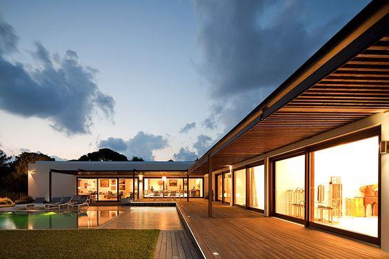 casa em L com grande varanda de madeira
