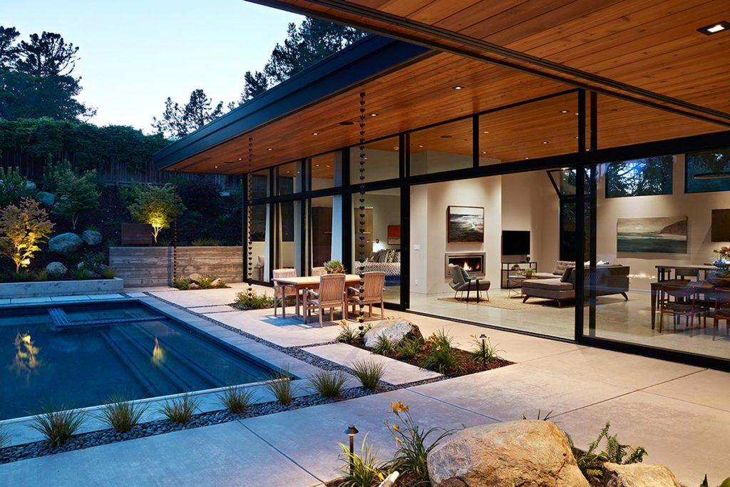 casa em l com paredes de vidro