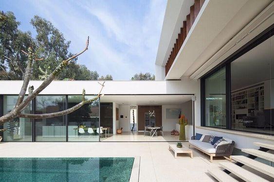 casa em L com parede de vidro