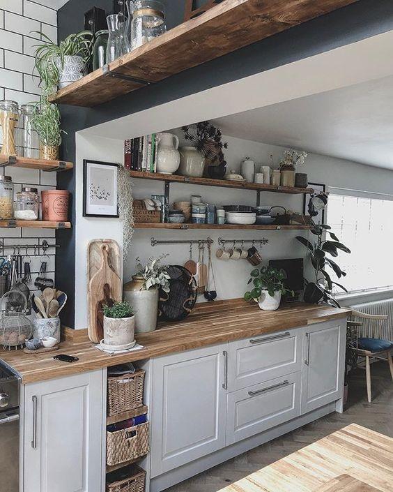 Cozinha simples e organizada.