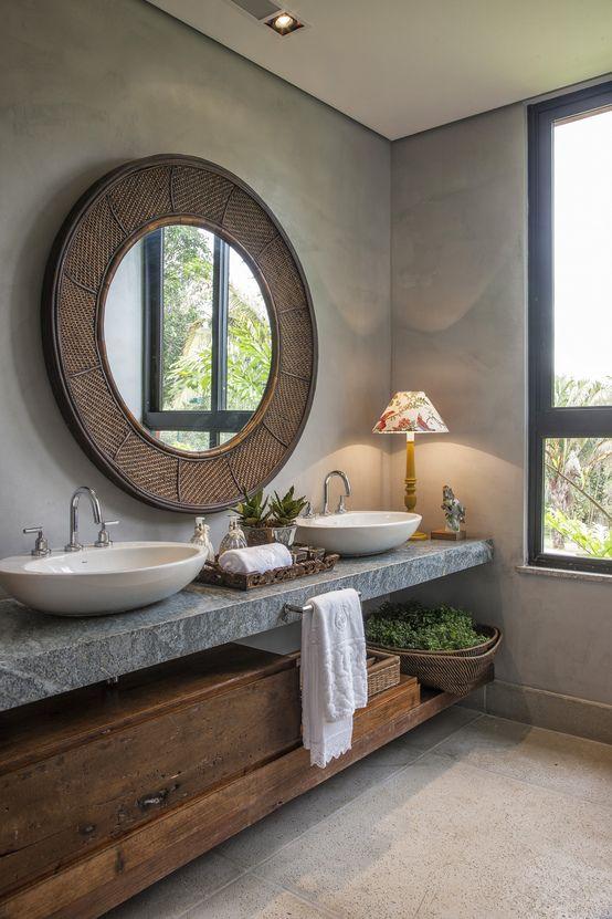 Banheiro com planta e armário de madeira.