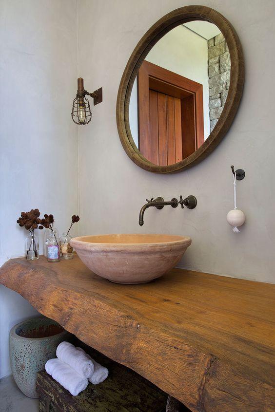 Banheiro com móveis de revestimento natural.