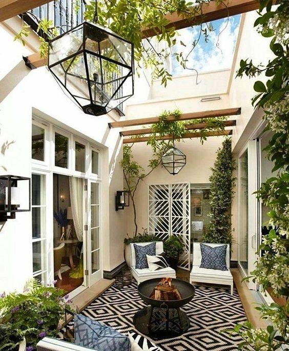 Área aberta no meio da casa.