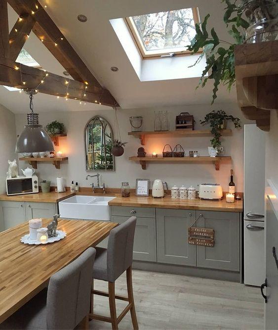 Cozinha simples com armários e banquetas cinzas.
