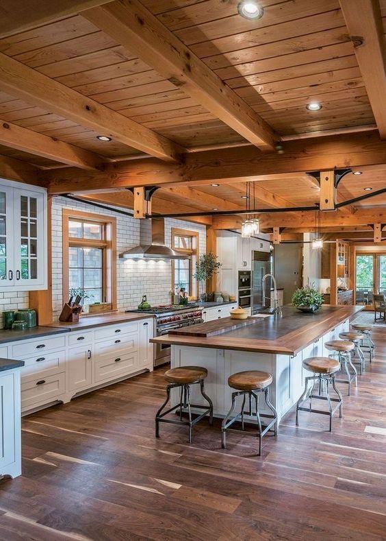 Cozinha americana com grande ilha.