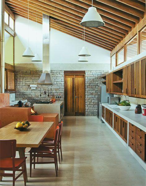 Cozinha grande com armário planejado.