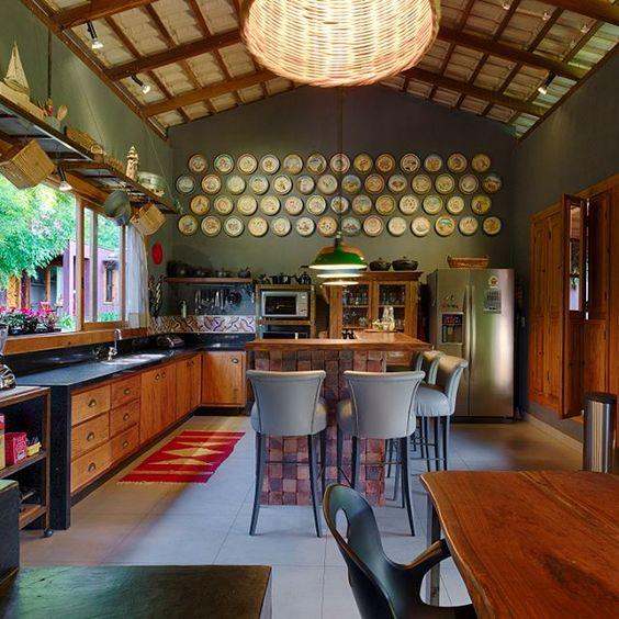 Grande cozinha com paredes verdes.