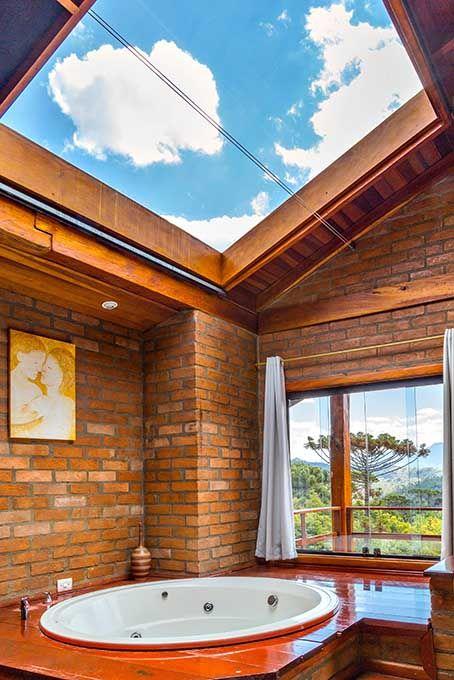Banheiro com teto de vidro e hidromassagem.