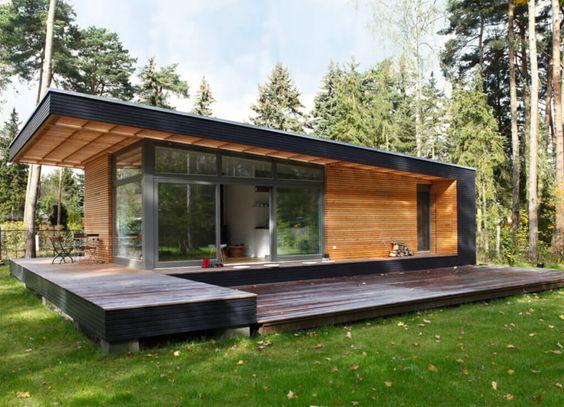 Casa simples com deck de madeira.