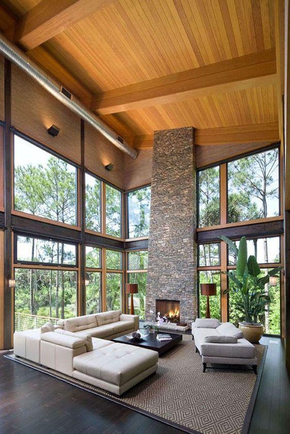 Sala de estar com lareira de pedra.