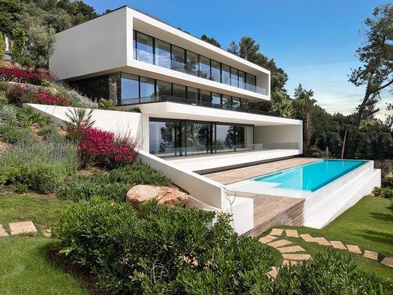 Casa com piscina de borda infinita.