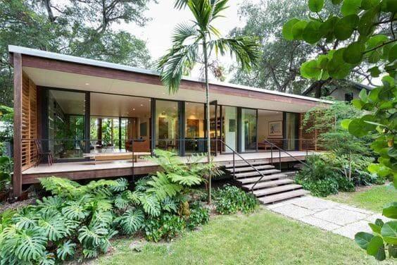 Casa com fachada de vidro.