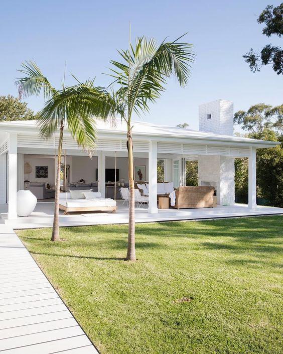 Casa branca com móveis de cores neutras.
