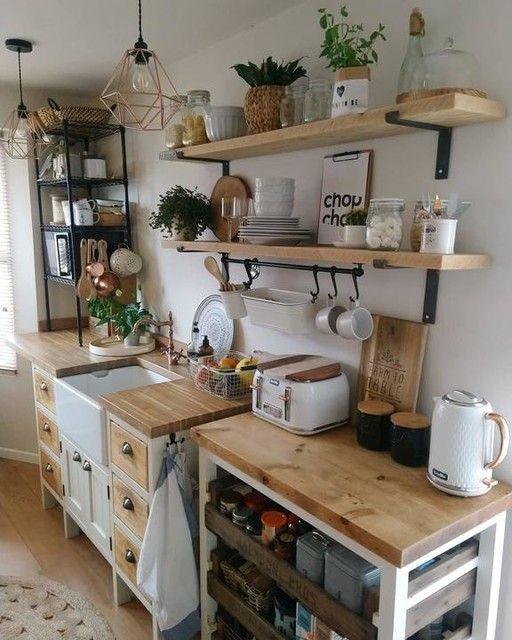 Cozinha com utensílios claros combinando.